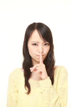日本の若い女性 whith 沈黙ジェスチャー 写真素材 - 43844273