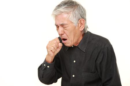 tosiendo: hombre mayor tos japonés