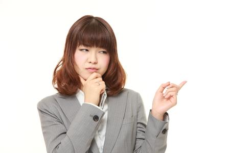 dudando: joven empresaria japonesa duda