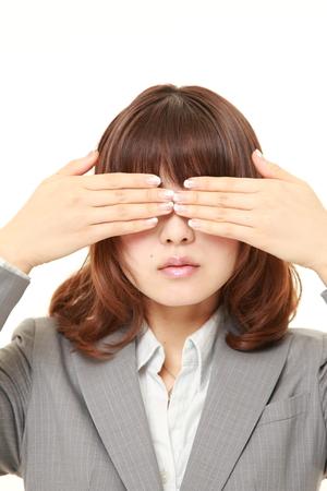 実業家の手で彼女の顔を覆っています。