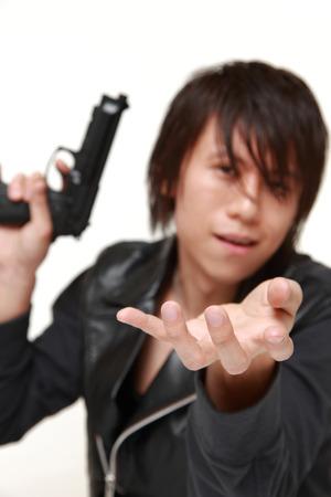 拳銃を持つ男