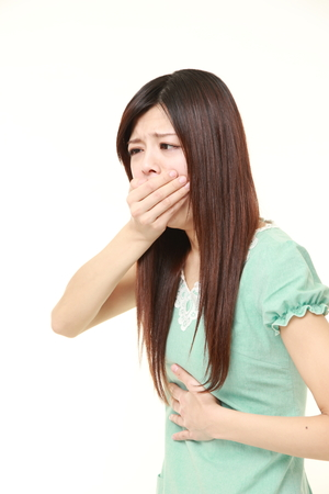 vomito: joven japonesa se siente como vómitos