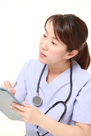 conversaciones: Mujer médico japonés con charlas de historia clínica a su paciente