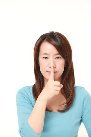 日本人女性 whith 沈黙ジェスチャー