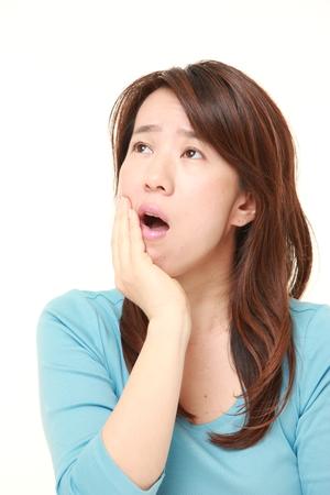 dolor de muela: Mujer japonesa sufre de dolor de muelas Foto de archivo