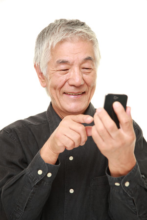 スマート フォンで年配の男性