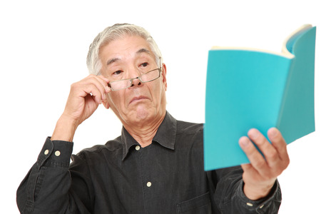 senior Japanse man met presbyopie Stockfoto