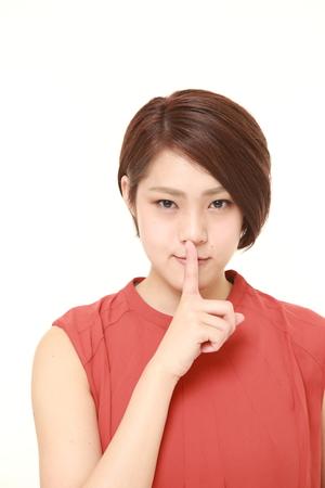 沈黙のジェスチャーで日本の若い女性 写真素材 - 52576911