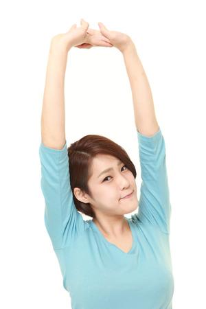 Mujer japonesa que hace estiramiento