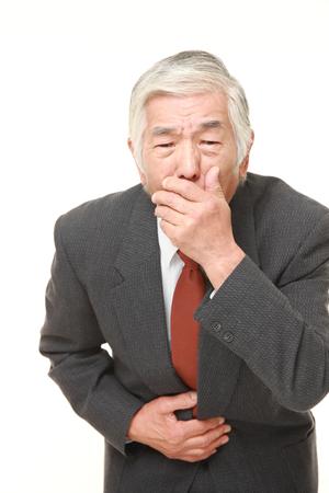 vomito: Senior empresario japon�s se siente como v�mitos Foto de archivo