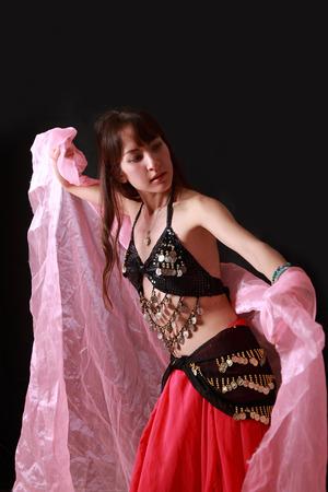 danseuse orientale: danseuse du ventre sur fond noir