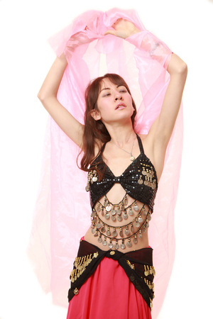vientre femenino: danza del vientre en el fondo blanco