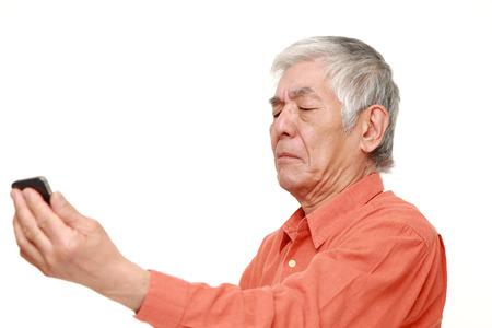 jeden: senior japonský muž s presbyopií
