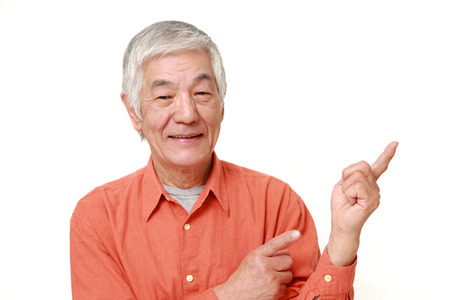프레 젠 테이 션 및 뭔가 표시하는 수석 일본 남자