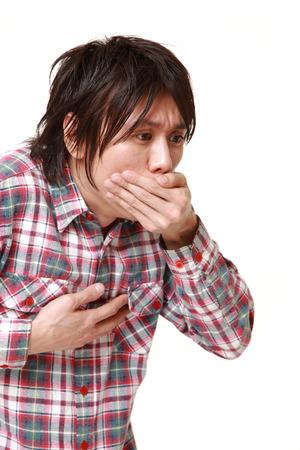 vomito: joven hombre japon�s se siente como v�mitos