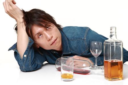 Junge japanische Mann in Depression ist das Trinken von Alkohol