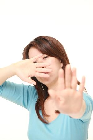 中年の日本女性停止ジェスチャーを作る