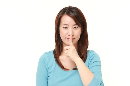 中年の日本女性 whith 沈黙ジェスチャー 写真素材