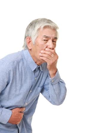 the vomiting: El hombre japonés mayor se siente como vómitos