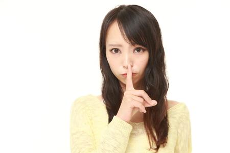 日本の若い女性 whith 沈黙ジェスチャー