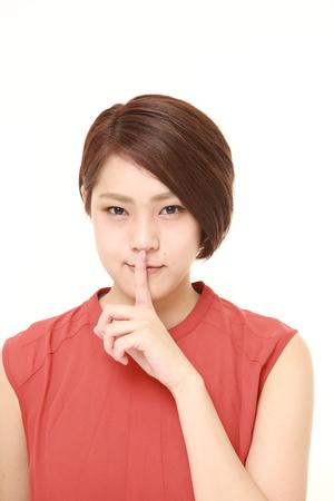 沈黙のジェスチャーで日本の若い女性 写真素材 - 62836572