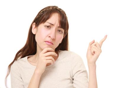 dudando: mujer joven dudar