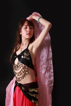danseuse orientale: belly dancer on black background Banque d'images