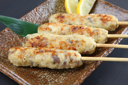 Japanese chicken meatloaf skewers Banque d'images