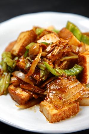 Porc sauté et tofu frit épais