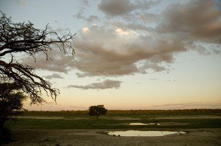 pozo de agua: NOSSOB abrevadero en la puesta de sol  Foto de archivo