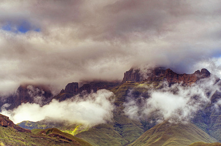 kwazulu natal: ROYAL NATAL NATIONAL PARK AMPHITHEATRE MOUNTAINS UNDER CLOUD Stock Photo
