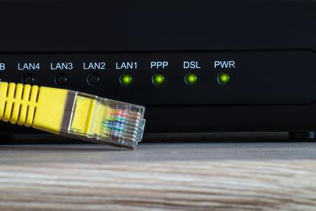 enrutador de internet con cable de red amarillo
