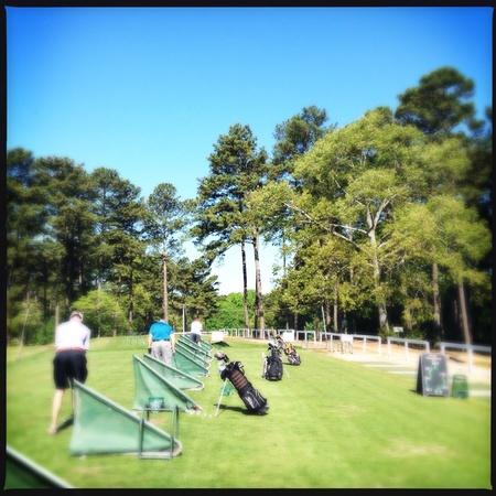 Las personas que practican el golf en un campo público en Atlanta, Georgia EE.UU. Foto de archivo - 27815542