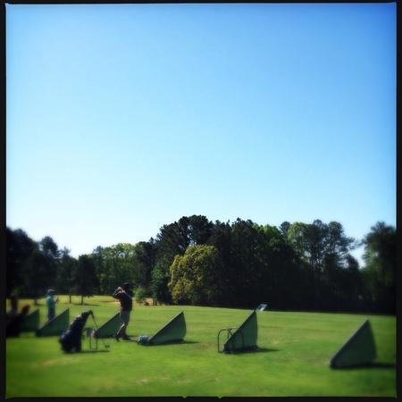 Las personas que practican el golf en un campo público en Atlanta, Georgia EE.UU. Foto de archivo - 27815553