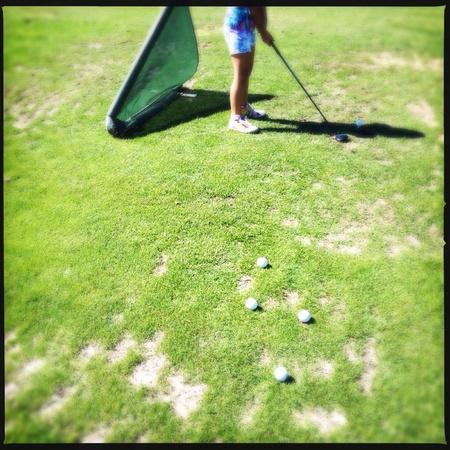Las personas que practican el golf en un campo público en Atlanta, Georgia EE.UU. Foto de archivo - 27815555