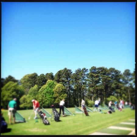 Las personas que practican el golf en un campo público en Atlanta, Georgia EE.UU. Foto de archivo - 27815587