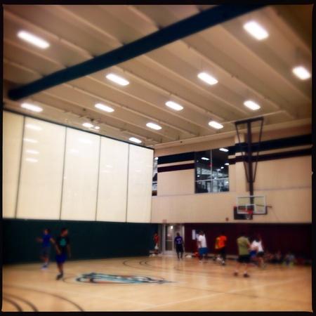 Adolescentes que juegan a baloncesto en un gimnasio Foto de archivo - 29474048