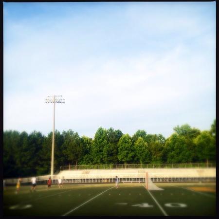 Niños jugando al fútbol en la escuela Foto de archivo - 29631487