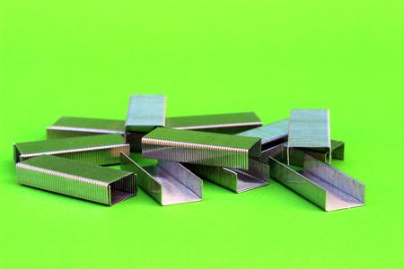 engrapadora: grapas en verde aislado