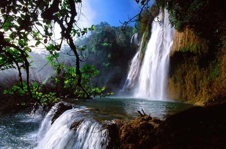 the cascade: Cascada tropical en Tailandia de Tailandia es un lugar tur�stico y el resto.  Foto de archivo
