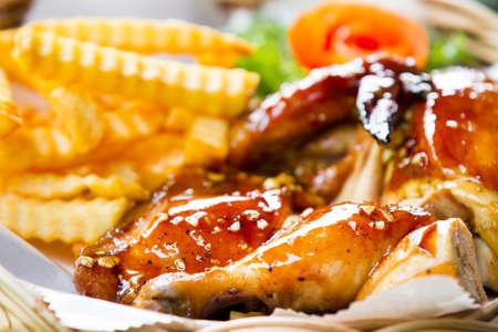 pollos asados: Pollo asado con patatas pl�ntulas de teca. Foto de archivo