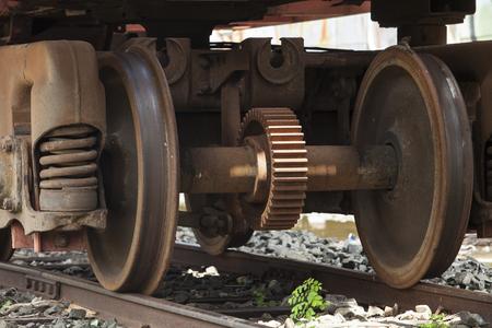 電車の移動中に金属から車輪を訓練します。