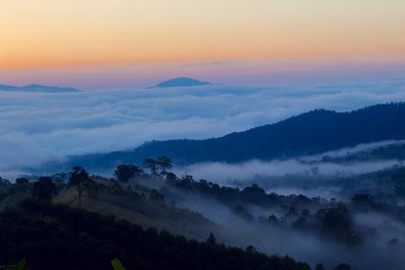 Sonnenaufgang in Nordthailand mit einer nebligen Landschaft und Hügeln vom Yun Lai Viewpoint aus gesehen?