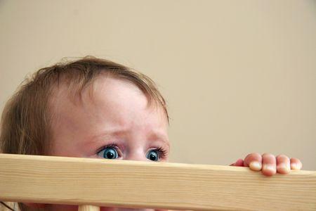 occhi grandi: grandi occhi da beb� con la paura nel suo sguardo