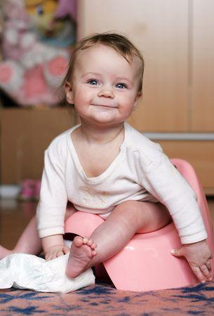 vasino: bambino che si siede al suo potty