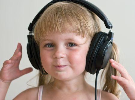 listening to music: m�sica que escucha de la muchacha linda en los auriculares