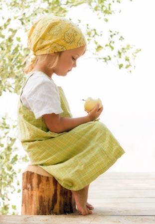 bambini pensierosi: bambina in cerca di Apple