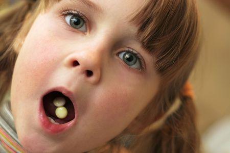 drogue: Petite fille avec la bouche ouverte.