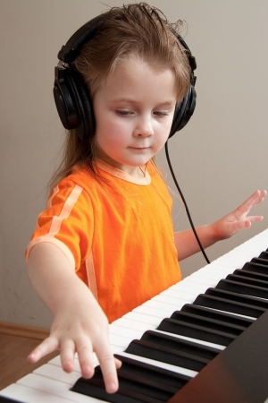 tocando piano: Buena chica aprender a tocar el piano Foto de archivo
