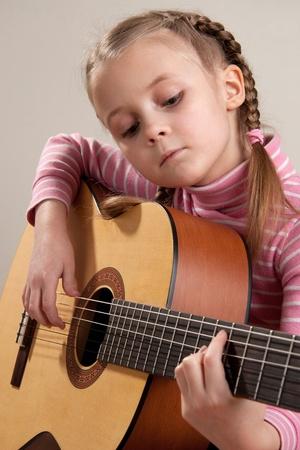 gitara: MÅ'oda dziewczyna Odtwórz gitara klasyczna Zdjęcie Seryjne